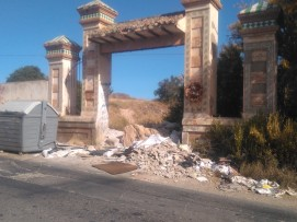 10-Cruce carretera-contenedor y escombros en entrada de finca