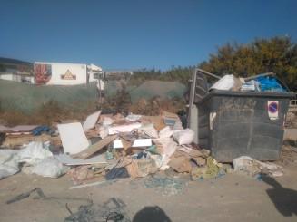 6- Punto vertidos contenedor rodeados de escombros