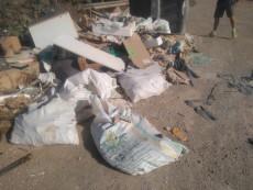 7-Vertidos contenedor rodeados de escombros