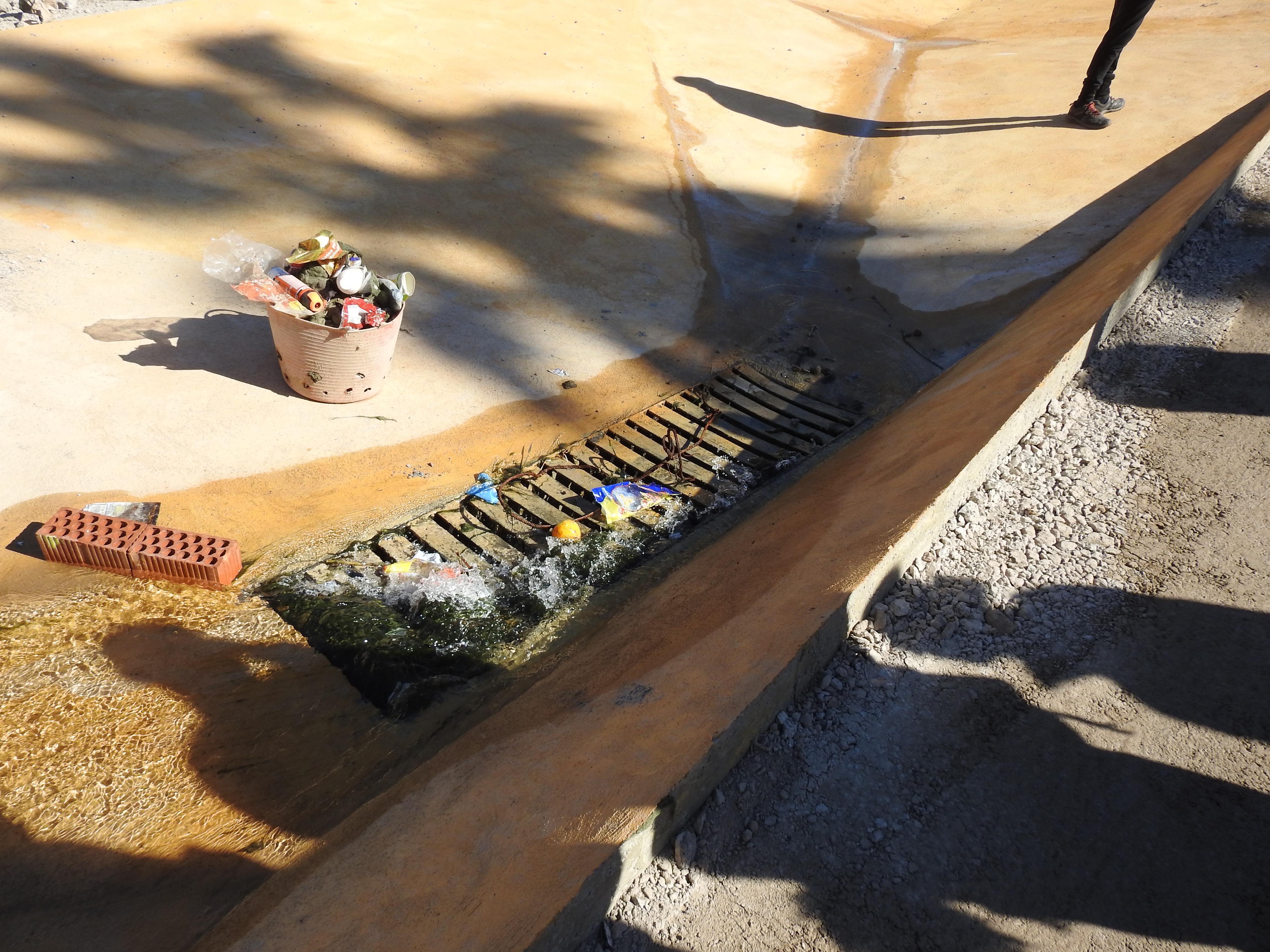 alcantarilla en la que desemboca el rio de oro tras las obras