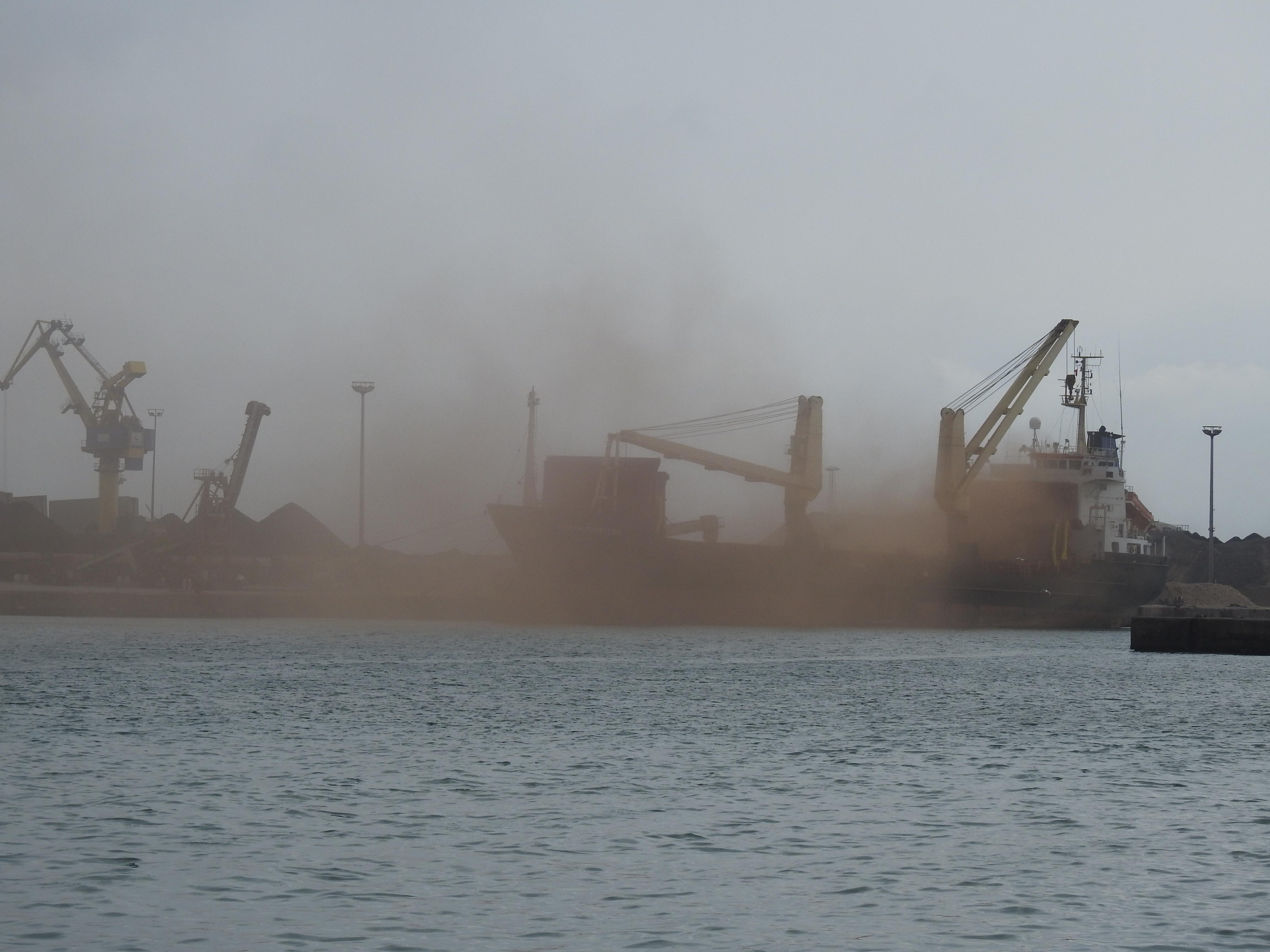 descarga de graneles en el puerto de Benienzar que llega a Melilla como contaminación atmosférica