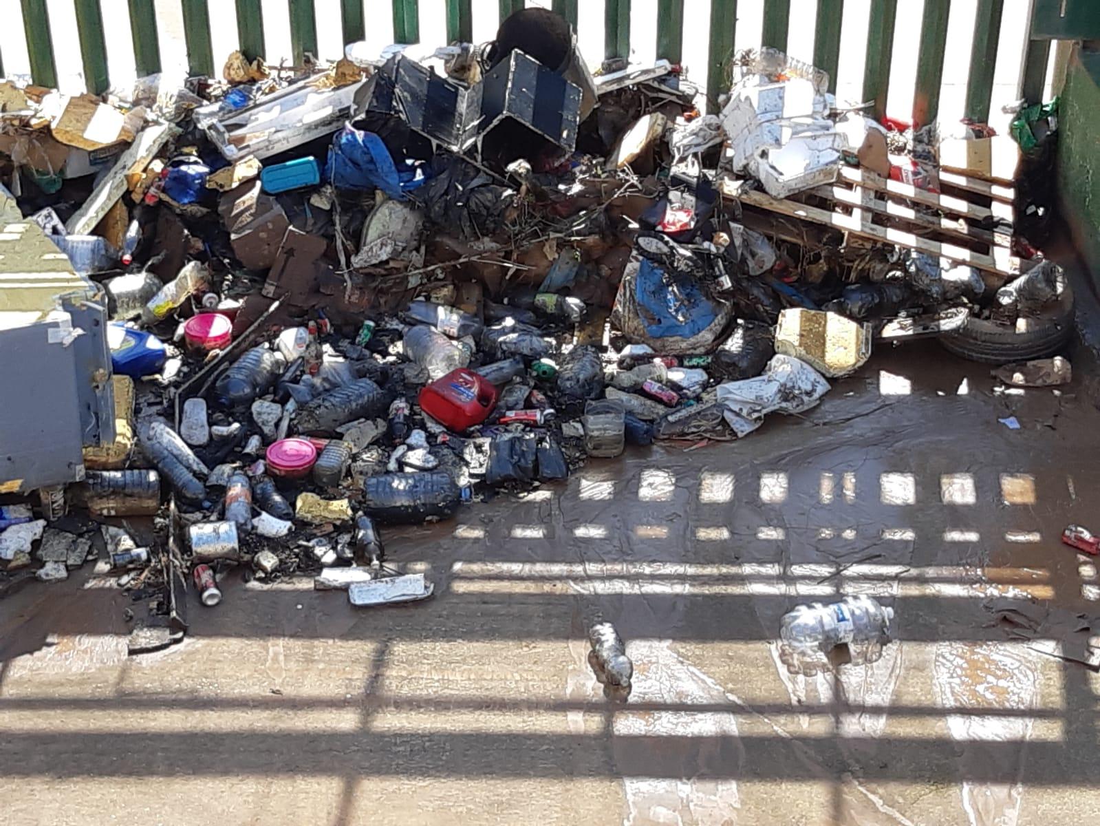 Envases esperando salir al mar en el arroyo Mezquita