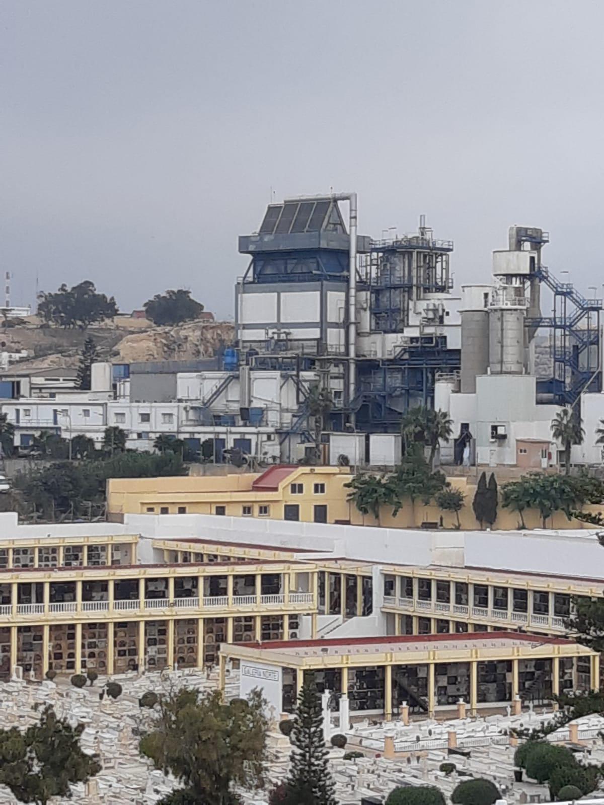 negros nubarrones corren sobre la incineradora de Melilla